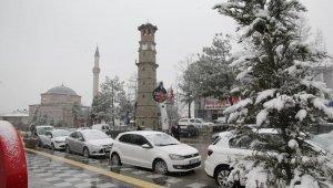 Sungurlu'da yılın ilk karı yağdı