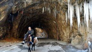 Tarihi Taş Yol buz tuttu