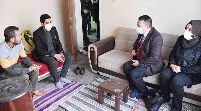 Tek gözlü evde yalnız yaşayan gence Başkan Beyoğlu destek oldu