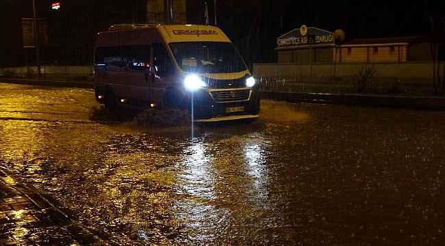 Tekirdağ'da yağmur caddeleri göle çevirdi