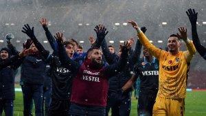 TFF Süper Kupa, Trabzonsporlu futbolcuların ellerinde havalandı