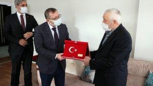Validen bayrak hassasiyeti gösteren 75 yaşındaki Altın'a ziyaret
