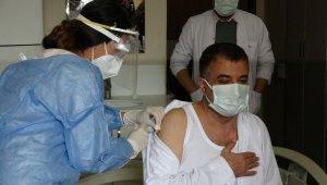 Van İl Sağlık Müdürü ile hastane başhekimi aşı oldu