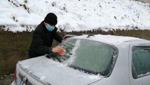 Vatandaşlar araçlarının üzerinde donan karları temizledi