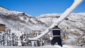 VEDAŞ'ın kar timi zorlu coğrafyada arızaları onarıyor