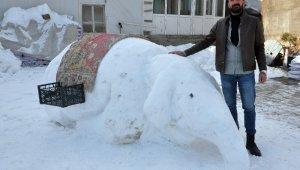 Yüksekovalı gençlerden kardan fil