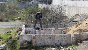 Antalya'da etrafı duvarlarla örülü boş arazide erkek cesedi bulundu