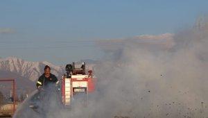 Arazide çıkan yangında tarım aletleri zarar gördü