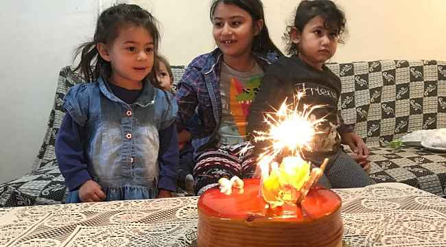 Bu çocukların yüzü bir pastayla gülüyor