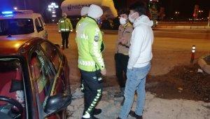 Ehliyetsiz alkollü sürücü trafikten men ve plakasız araçla kaçarken yakalandı