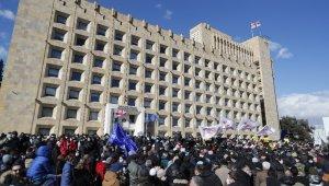Gürcistan'da muhalefet sokağa indi