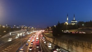 İstanbul'da 56 saatlik kısıtlama sonrası 15 Temmuz Şehitler Köprüsü'nde trafik yoğunluğu