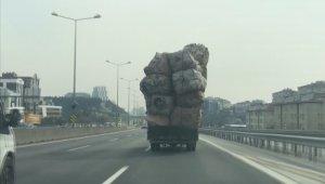 Kasası aşırı yük dolu olan kamyonetin tehlikeli yolculuğu kamerada