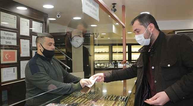 Kuyumcunun verdiği fazla 10 bin 800 lirayı iade etti