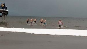 Mehmetçiğin neler hissettiğini anlamak için buz gibi havada göle girdiler