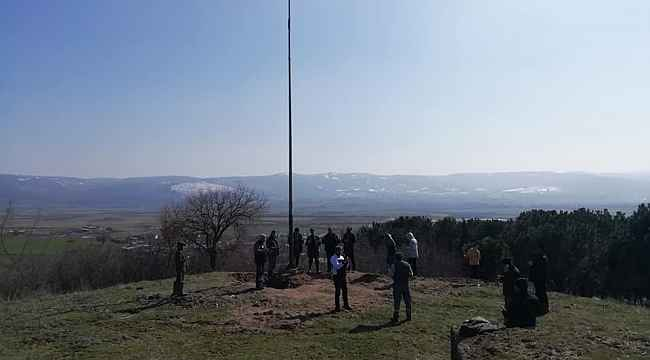 Muhtar söz verdiği dev Türk bayrağını dikti