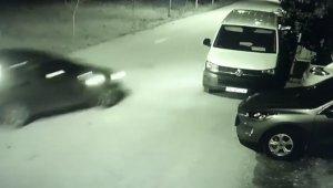 Park halindeki otomobile böyle çarptı - Bursa Haberleri
