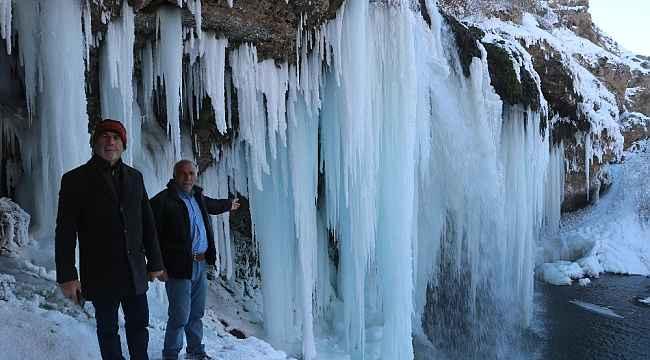 Sibirya soğukları şelaleyi dondurdu, dev sarkıtlar görsel şölen sundu