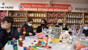 Tuzla'da ihtiyaç sahibi çocuklar hem oyun oynuyor hem de oyuncak sahibi oluyor