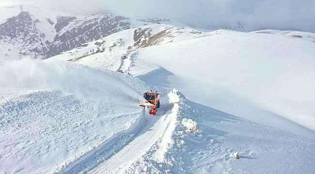Van Büyükşehir Belediyesi karla mücadelede aman vermiyor