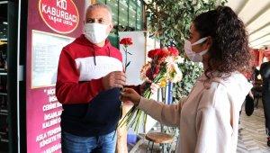 Adanalı kebapçı müşterilerini çiçekle karşıladı