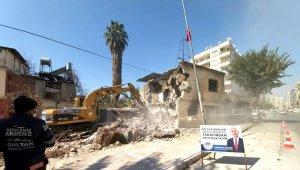 Akdeniz'de metruk bina kontrollü şekilde yıkıldı