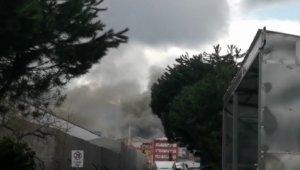 Ataşehir'de fabrikada yangını çıktı. Olay yerine çoksa sayıda itfaiye ekibi sevk edildi.