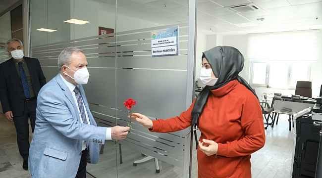 Başkan Demirtaş'tan kadın personellere çiçek