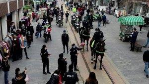 Bursa'da kadın polisler 8 Mart Dünya Kadınlar Gününü karanfil dağıtarak kutladı - Bursa Haberleri