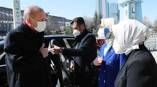 """Cumhurbaşkanı Erdoğan: """"Bunlar baskıya uğrayan kadının önce başına, sonra duruşuna bakarlar"""""""