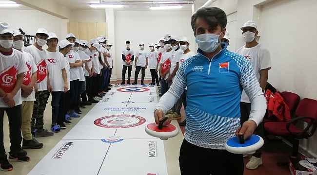 Devlet korumasındaki Afganlı çocukların Floor Curling heyecanı
