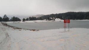 Doğal güzellikleriyle dikkat çeken Karagöl Yaylası göleti buz tuttu