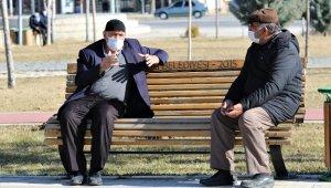 Elazığ'da yasak kalktı yaşlı ve gençler, bahar havasının tadını çıkardı