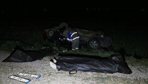 Elektrik direğine çarpan otomobil tarlaya devrildi: 2 ölü