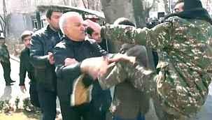 Ermenistan yangın yeri... Göstericiler hükümet binasını bastı