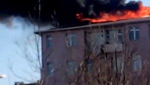 Eyüpsultan'da izolasyon yapılan binanın çatısı alev alev yandı