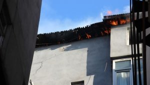 Hakkari'de binanın çatı katıda çıkan yangın korkuttu