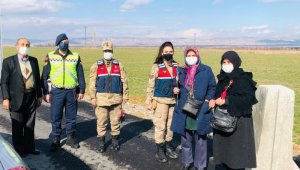 Jandarmadan kadın sürücü ve yolculara karanfil