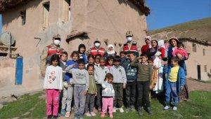 Jandarmanın kadınlara verdiği karanfillere Türkçe ve Kürtçe teşekkür