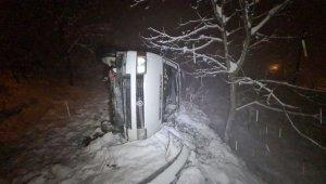 Karda kayan minibüs yoldan çıkıp bahçeye uçtu: 4 yaralı