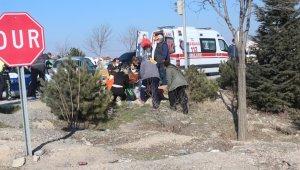 Kavşakta çarpışan otomobillerde 4 kişi yaralandı