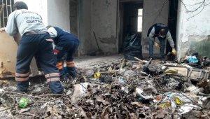 Mersin'de terk edilmiş evden 4 römork çöp çıkarıldı