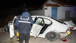 """Polisin """"dur"""" ihtarına uymadılar, otomobilleri bir evin duvarına çarpınca yakalandılar"""