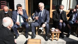 Vali Karaloğlu önce tarihi Peynirciler Çarşısının projesini inceledi, ardından esnafla birlikte çay içti