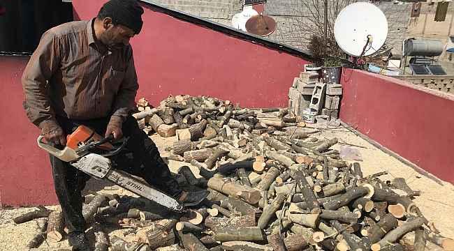35 yıldır mahalle mahalle gezip odun keserek ailesinin geçimini sağlıyor
