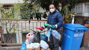 7 yıldır atık malzemeler toprağa karışmasın diye çöpleri ayırarak topluyor