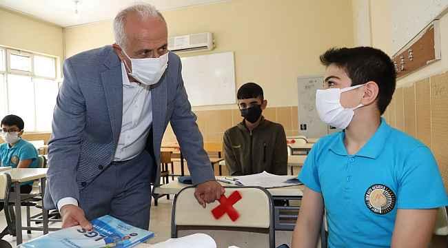 Akdeniz Belediyesi, öğrencilere LGS hazırlık setlerini dağıtmaya başladı