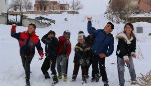 Aksaray'da Nisan ayında yağan kar çocukları sevindirdi