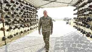 Aliyev'in ölen Ermeni askerlerin miğferleri ile verdiği poz tartışıldı