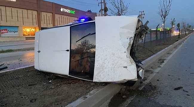 Alkollü sürücü aydınlatma direğine çarptı: 2 yaralı - Bursa Haberleri
